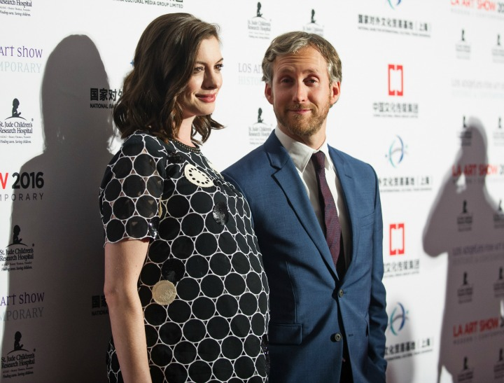 pregnant anne hathaways red carpet debut